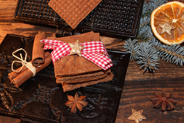 Zimtwaffeleisen mit Zimtwaffeln und weihnachtlicher Dekoration