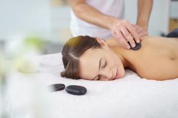 eine entspannende hot stone massage im spa