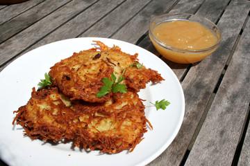 organic lifestyle reibekuchen shabby chic apfelmus bio wildkräuter kartoffelpuffer