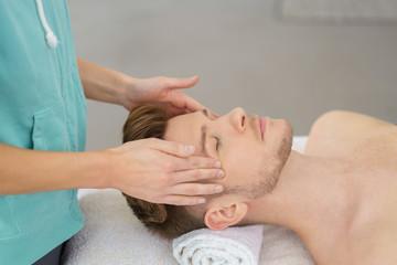 physiotherapeutin macht eine gesichtsmassage