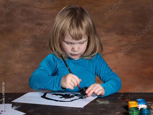 Ребенок рисует черными цветами 3 года