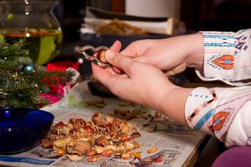 Nüsse knacken - frauen Hände mit Nussknacker