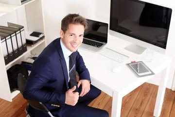 Erfolgreicher Geschäftsmann am Computer