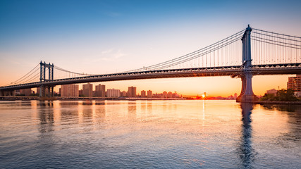Fotomurales - Manhattan Bridge at sunrise, viewed from Brooklyn Bridge park