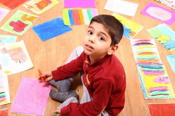 boya yapan çocuk