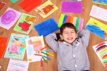 çocuk pastel boya resim yapıyor