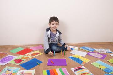 çocuk odasında resim yapıyor