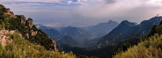 Blick vom heiligen Berg Tai Shan auf Tai'an