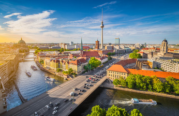 Foto auf AluDibond Berlin Berlin skyline panorama with Spree river at sunset, Germany