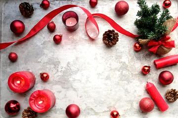 クリスマスツリーと赤いオーナメントボールとキャンドル