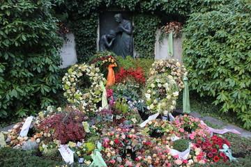 Großes Grab auf einem Friedhof