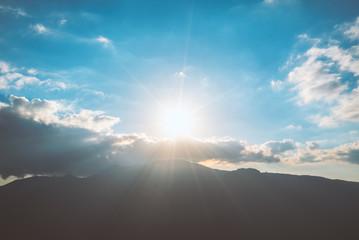 太陽と山々