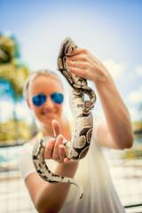 Frau mit Python Schlange auf dem Arm