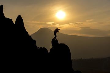 sıradışı fotoğrafçı kayalıklarda fotoğraf çekerken