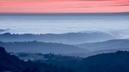 Foto op Plexiglas Heuvel Foggy Rolling Hills Sunset. Russian Ridge OPen Space Preserve, San Mateo County, California, USA.