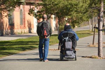 paseando en una silla de ruedas