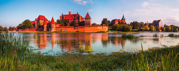 Papiers peints Chateau Teutonic Knights in Malbork castle in autumn. World Heritage List UNESCO. Panoramic view