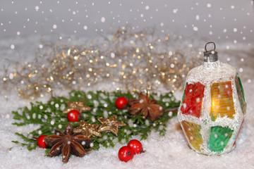 Weihnachtliche Dekoration mit kleiner Laterne