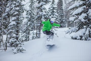Сноубордист в лесу на горе Зеленой, Шерегеш.