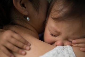 泣いてしまった子供と慰める母親