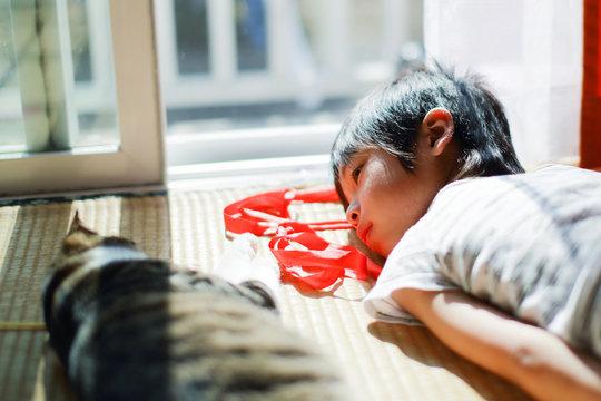 猫と眠る子供
