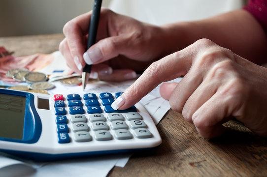 détail main de femme et calculatrice