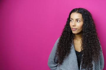portrait einer attraktiven frau vor rosa hintergrund