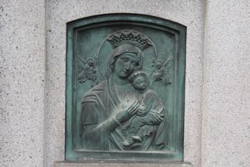 Maria mit Christuskind auf einem Grabstein