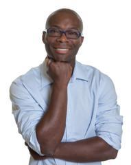 Lachender Afrikaner im blauen Hemd mit Brille