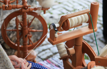 Spinning yarn from wool