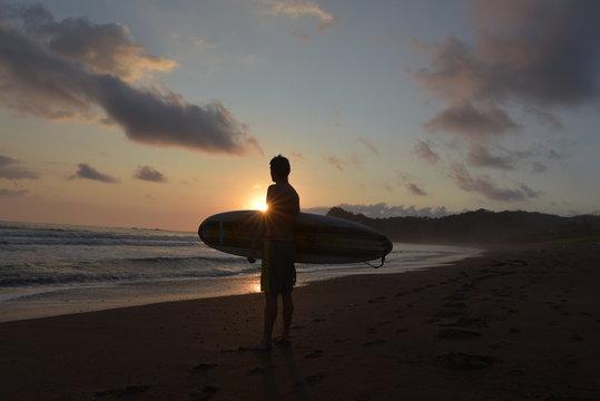 Surfen an der Playa Buenavista in Costa Rica