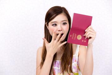 パスポートを見て驚く女性