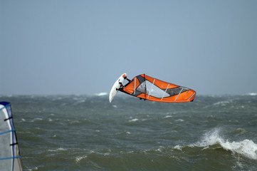 Windsurfer Springt aus welle