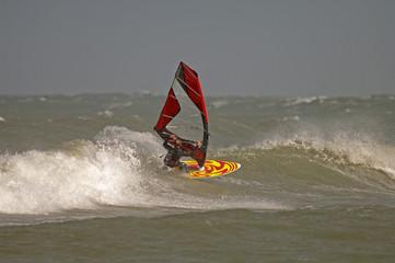 Windsurfer macht  turn in welle