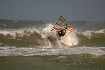 Windsurfer macht  turn in welle