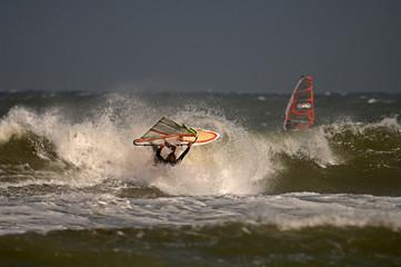 Windsurfer in welle