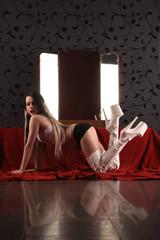 Erotische Frau posiert vor Spiegel
