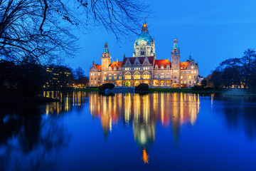 Neues Rathaus in Hannover, Deutschland, zur blauen Stunde