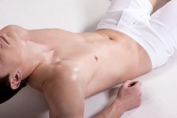 Muskulöser freier Torso eines jungen Mannes