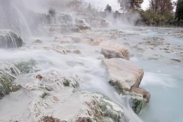 Particolare delle sorgenti di acque termali sulfuree calde liberamente fruibili dell'area di Saturnia