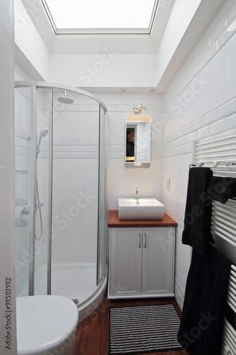 petite salle de bain avec cabine de douche photo libre de droits sur la banque d 39 images. Black Bedroom Furniture Sets. Home Design Ideas