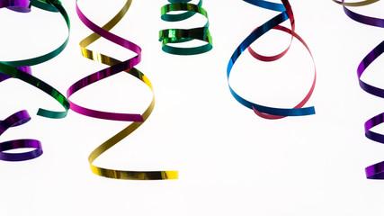 bunte glänzende Papierschlangen