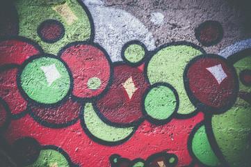 Graffiti aux couleurs vives vert et rouge