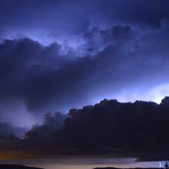 Nuvole temporalesche illuminati dai lampi