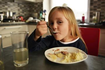 petite-fille manger