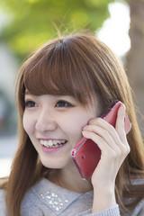 スマートフォンで話す若い女性