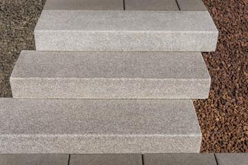 Moderne Außentreppe aus massivem Granit im Detail