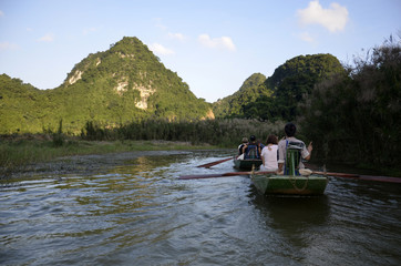 Promenade en sampan à Hoa Lu