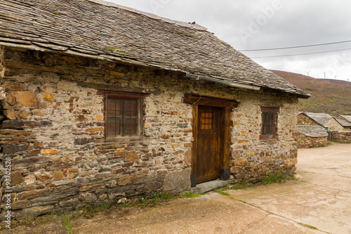 Casita tradicional de piedra peque a casa antigua y for Puerta casa antigua