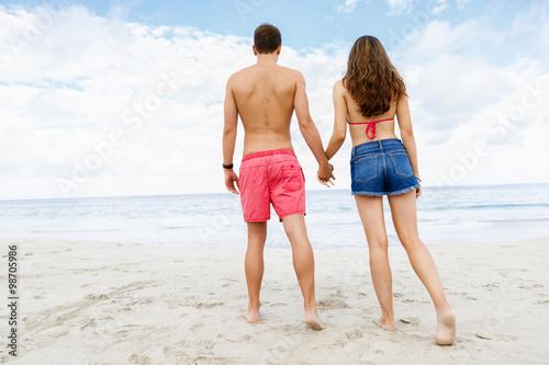 Romantic Young Couple On The Beach Quot Fotos De Archivo E Imágenes